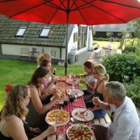 Sfeerbeeld van het Segway-Pizza arrangement, zelf pizza bakken bij het Veenhuusje in Putten, gezellig groepsuitje voor een familiedag of vriendinnendag